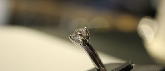 Solitario in argento con zircone